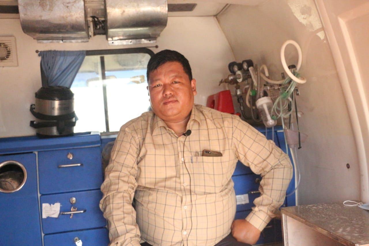 एम्बुलेन्स चालक आशिष राना मगर तस्विरः नेपालगन्ज ग्यालरी